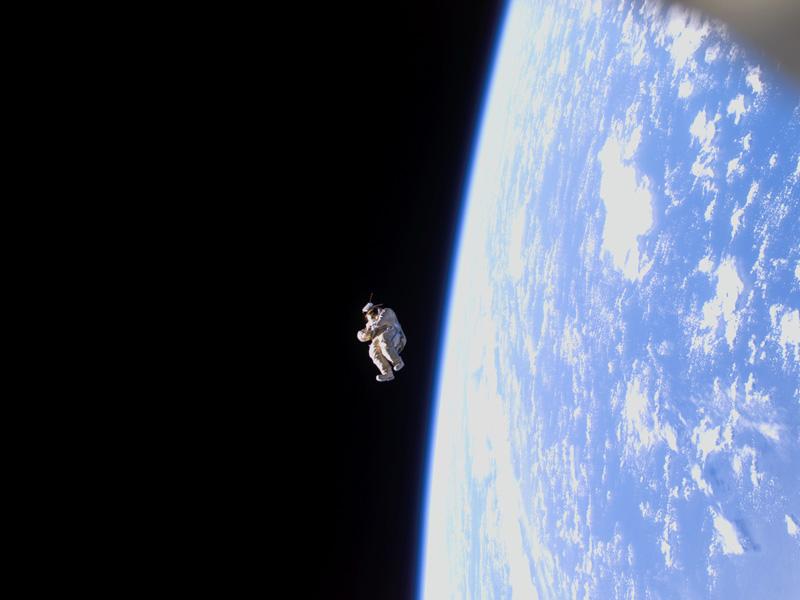 SuitSat-1: Un traje espacial flota a la deriva