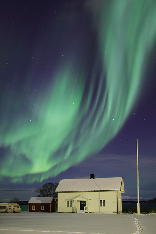 Aurora verde y negra sobre Noruega