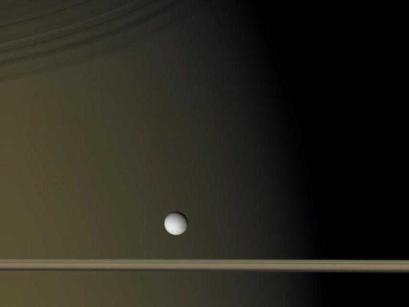 Encélado cerca de Saturno