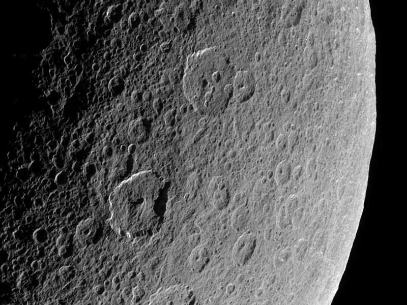 Cráteres antiguos en la Rea de Saturno