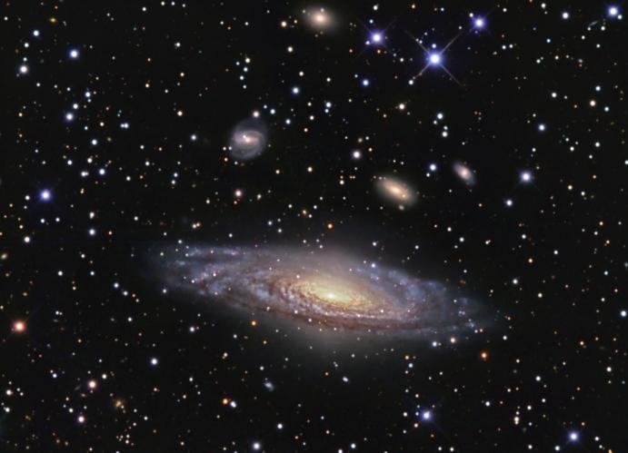 NGC 7331 Y Más Allá