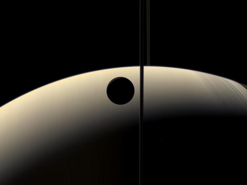 Rea creciente oculta a un Saturno creciente