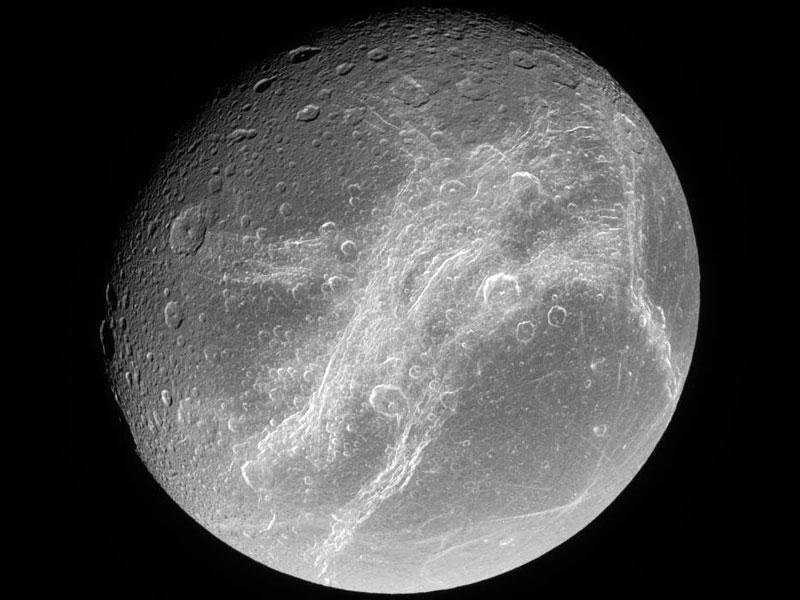 Brillantes acantilados atraviesan Dione, una de las lunas de Saturno