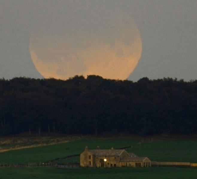 Eclipse de Luna elevándose sobre Inglaterra