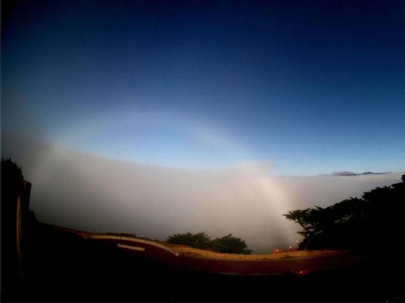 Arco de niebla sobre California