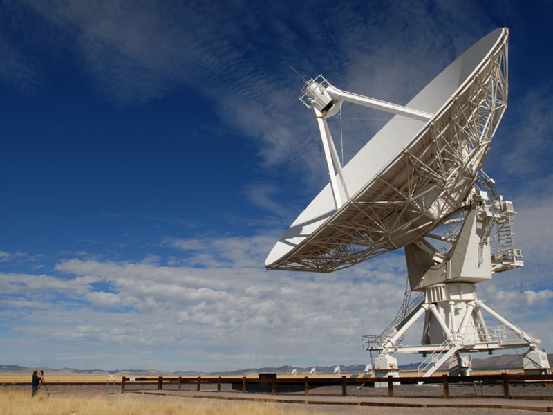 Una gran antena en el VLA observatorio radioastronómico