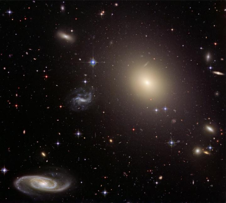A muchas galaxias de distancia