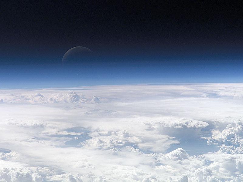 Media Luna Azul Desde El Espacio