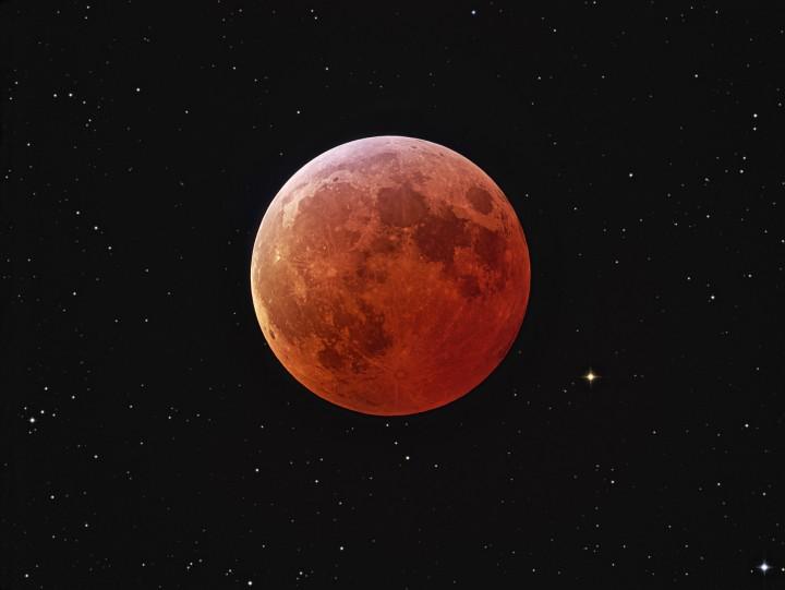 Luna eclipsada y estrellas