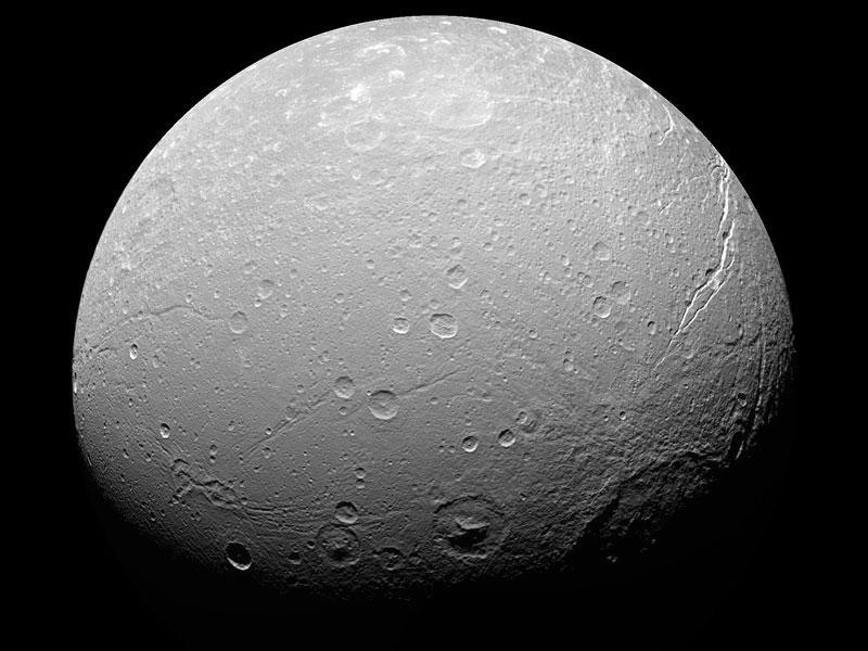 Cráteres extraños en Dione