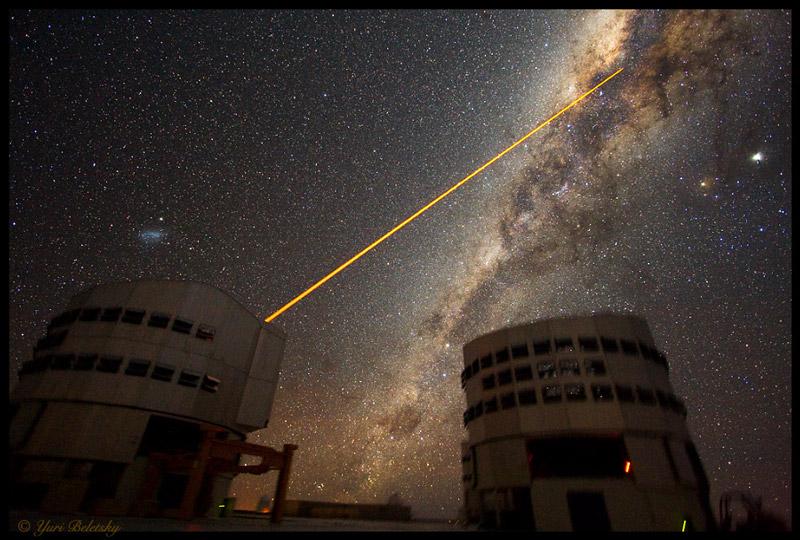 Un láser apunta al centro de la galaxia