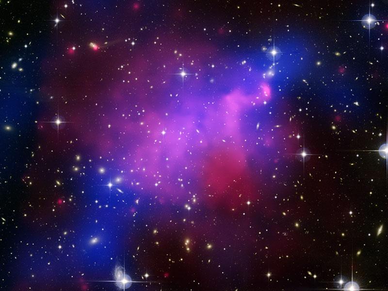 El enigma del choque de cúmulos que ilumina materia oscura