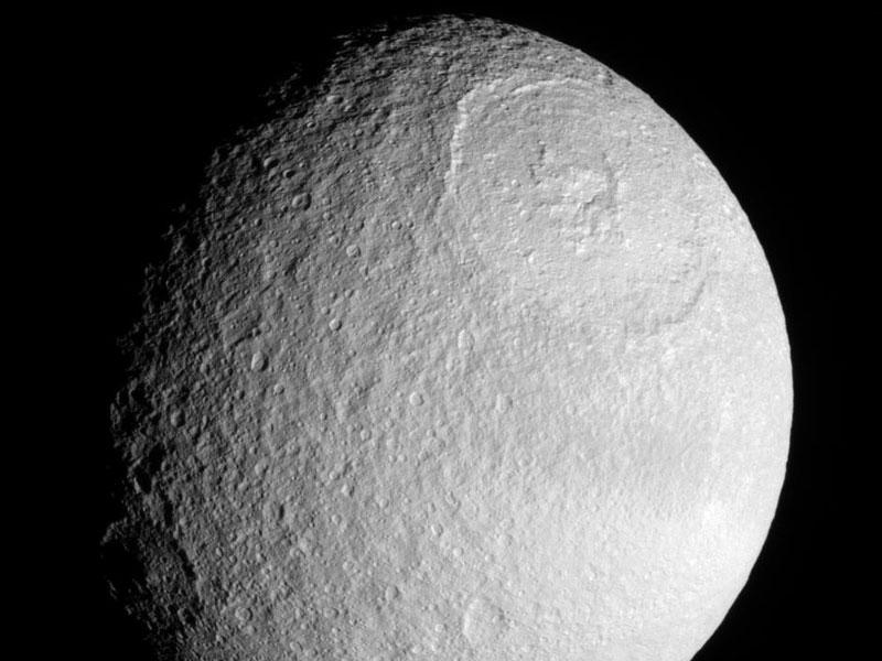 La gran cuenca en Tetis, uno de los satélites de Saturno