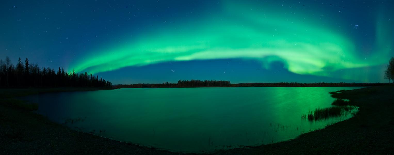 Aurora, estrellas, meteoros, un lago, Alaska