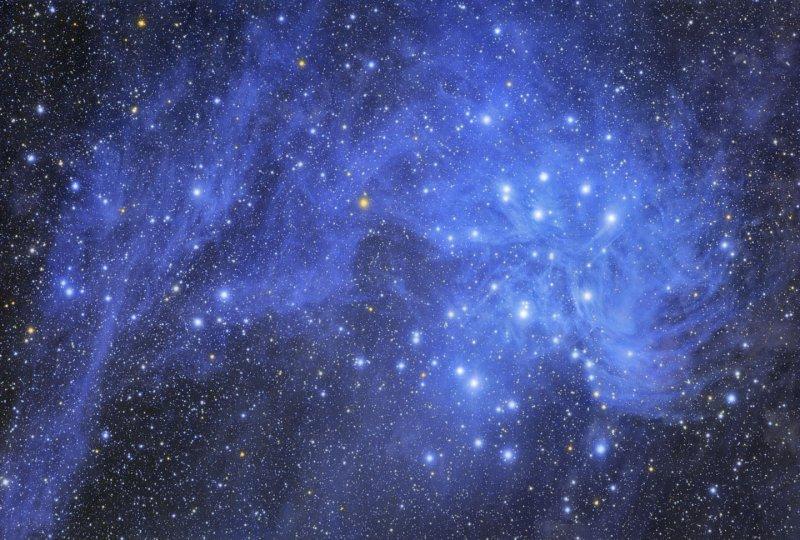 Pleiades y polvo de estrellas