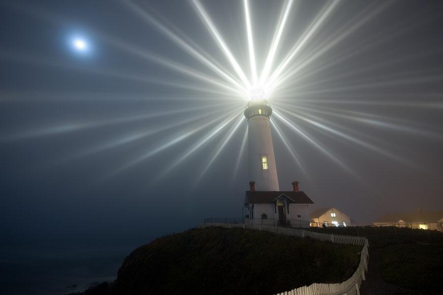 La Luna sobre el Faro Pigeon Point