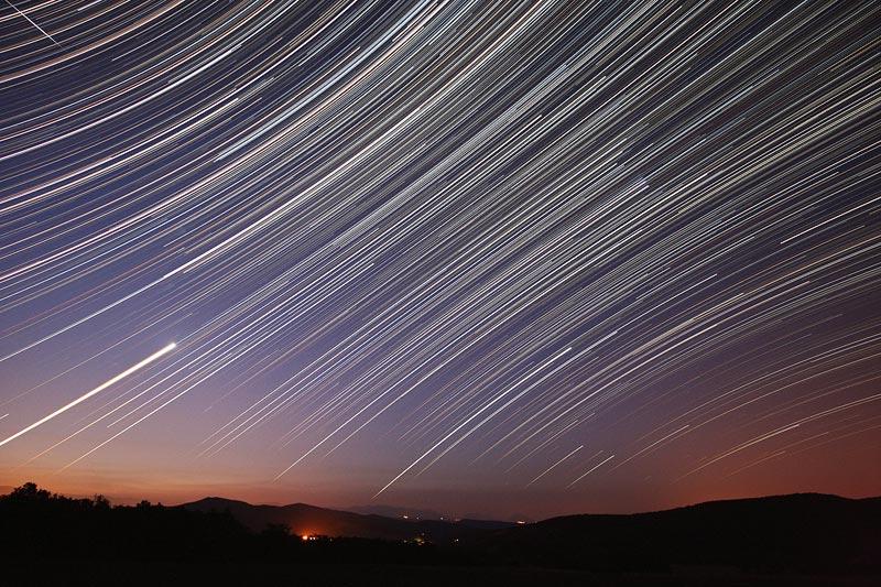 Estelas de estrellas al amanecer