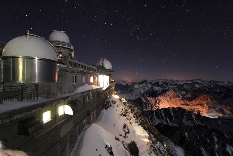 冬季夜晚的Pic du Midi天文台