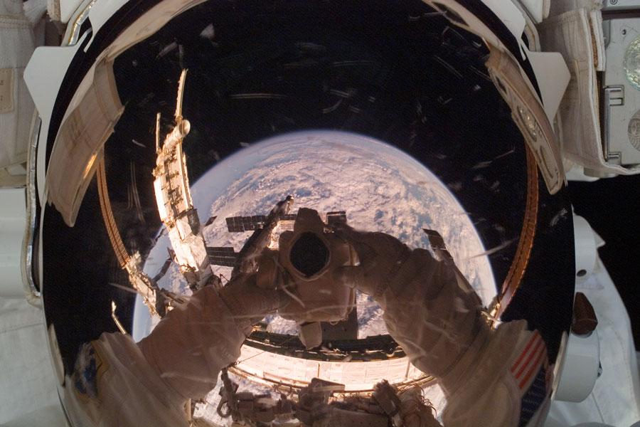 Un astronauta en órbita refleja la Tierra