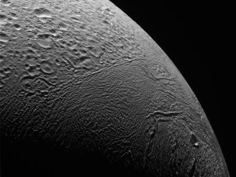 Treinte mil kilómetros por encima de Encelado