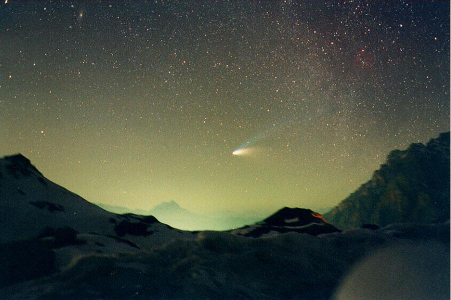 El cometa Hale-Bopp sobre el Paso de Val Parola