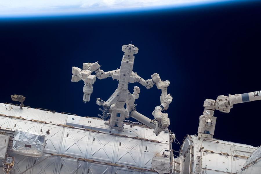 El robot Dextre trabajando en la Estación Espacial