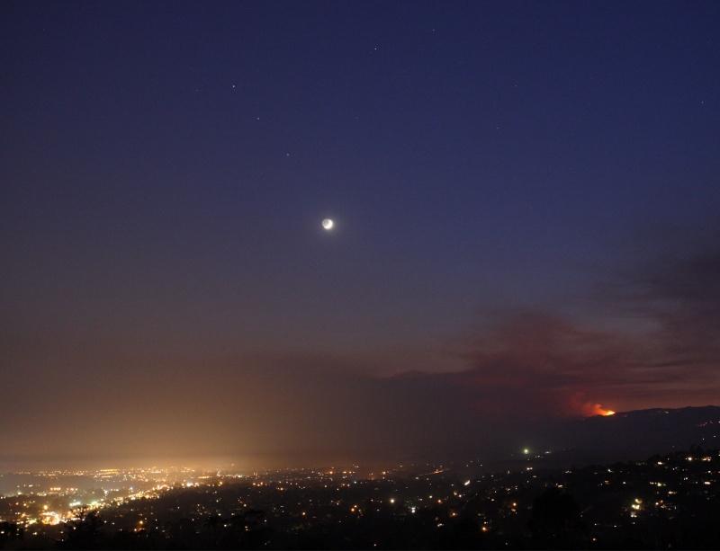 Planetas y fuego bajo la luz de la Luna