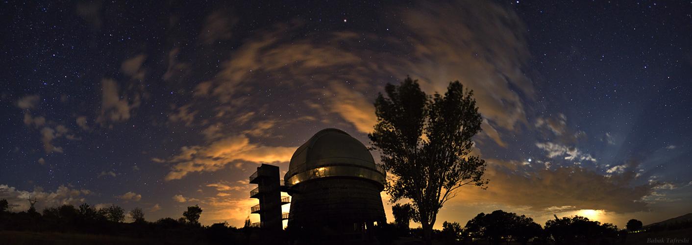 Rayos de Luna sobre el Observatorio Byurakan