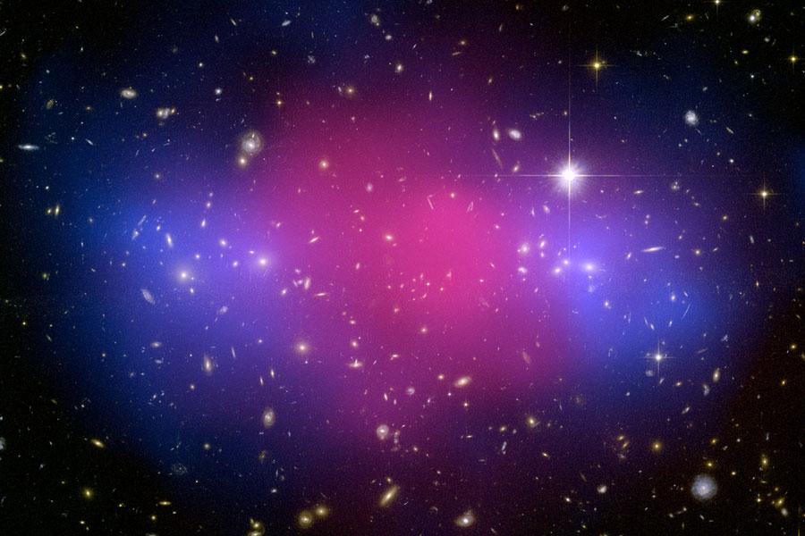 MACSJ0025: Dos enormes cúmulos de galaxias colisionan