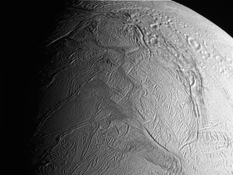 Cassini pasa a través de los penachos de hielo de Encelado