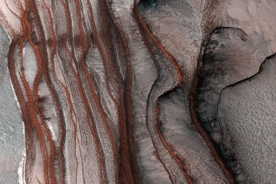 Estratos de rojos acantilados en Marte