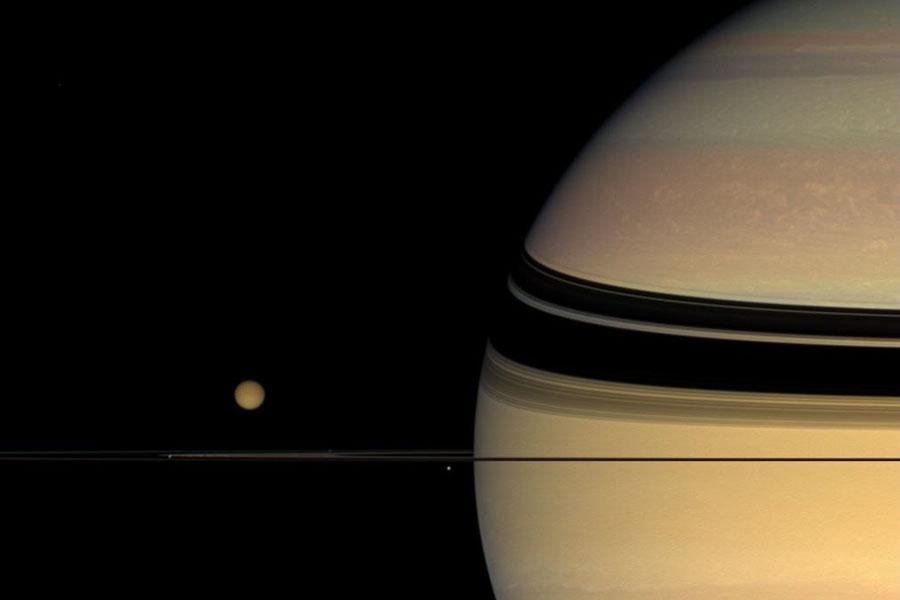 Lunas, anillos y colores inesperados en Saturno