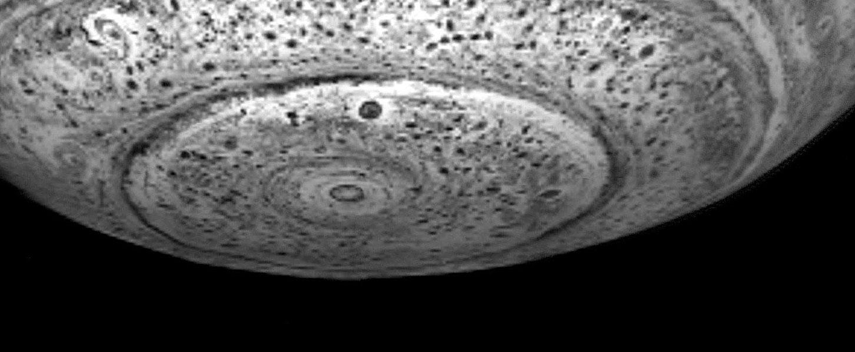 Debajo del Polo Sur de Saturno