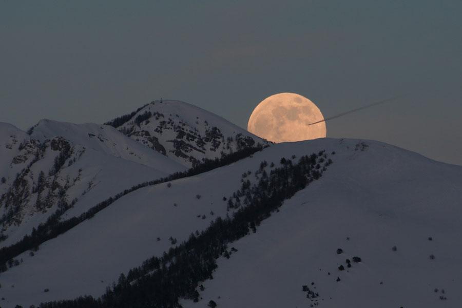 La Luna más grande de 2009 sobre los Alpes