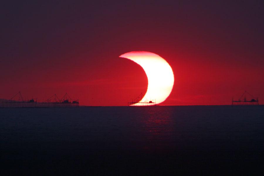 Un eclipse parcial sobre la Bahía Manila
