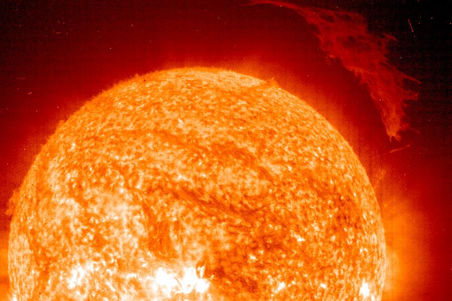Una sobresaliente protuberancia solar desde el SOHO