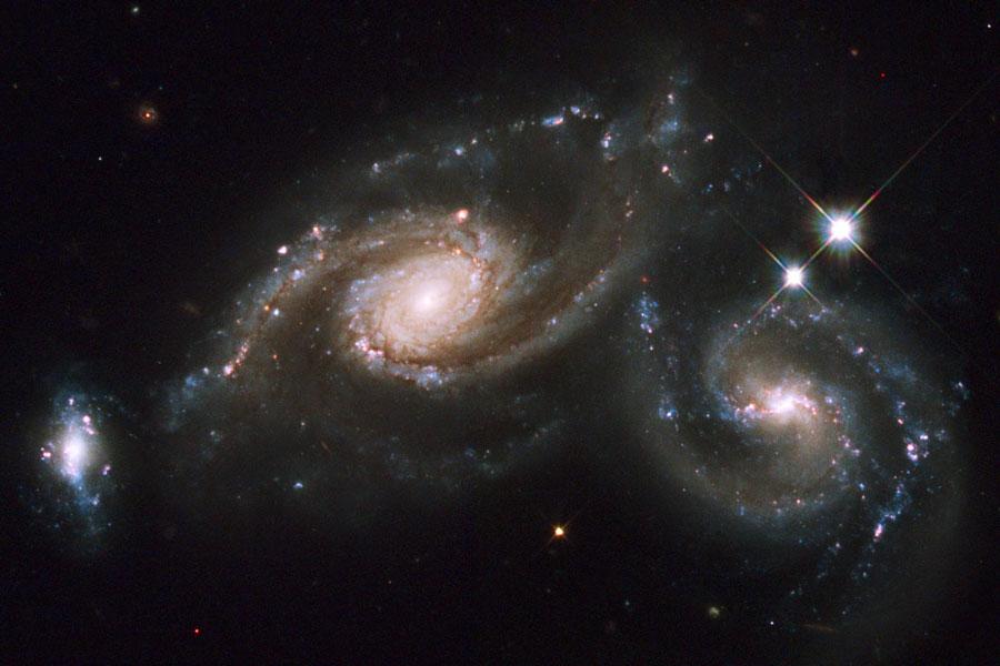 Choque de galaxias espirales en Arp 274