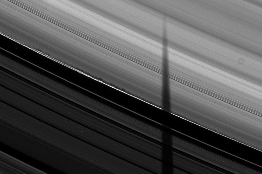 Sombras dentadas podrían indicar anillos de partículas