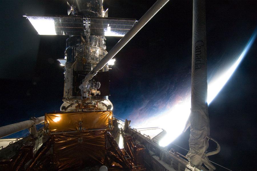Sobre la Tierra, reparando el Hubble