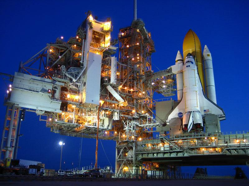 Un transbordador espacial antes del amanecer