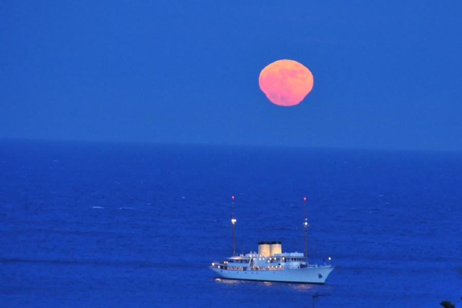 Espejismo lunar en la costa