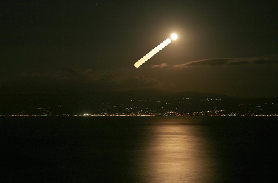 La Luna emerge sobre Turquía
