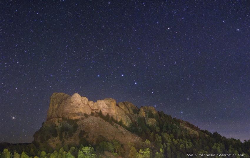 Noche estrellada en el Monte Rushmore