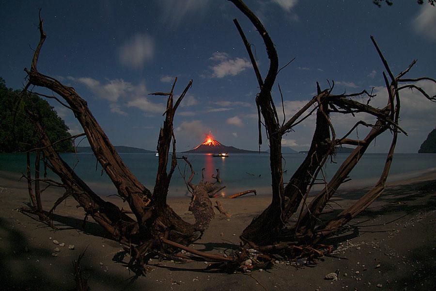 El volcán en erupción Anak Krakatau