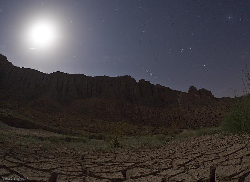 图片:月光照耀下的英仙座流星雨,版权:Babak Tafreshi