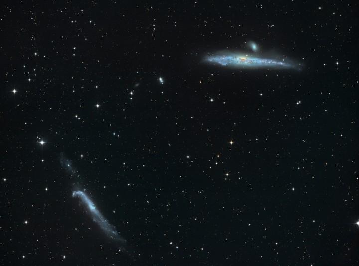 图片说明:酷似鲸鱼和曲棍球棒的星系,版权:Josef Poepsel, Stefan Binnewies&Capella 天文台)