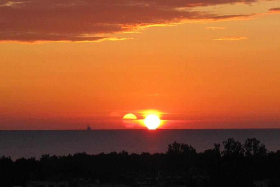 Un salida de Sol triple sobre la Bahía Gdansk