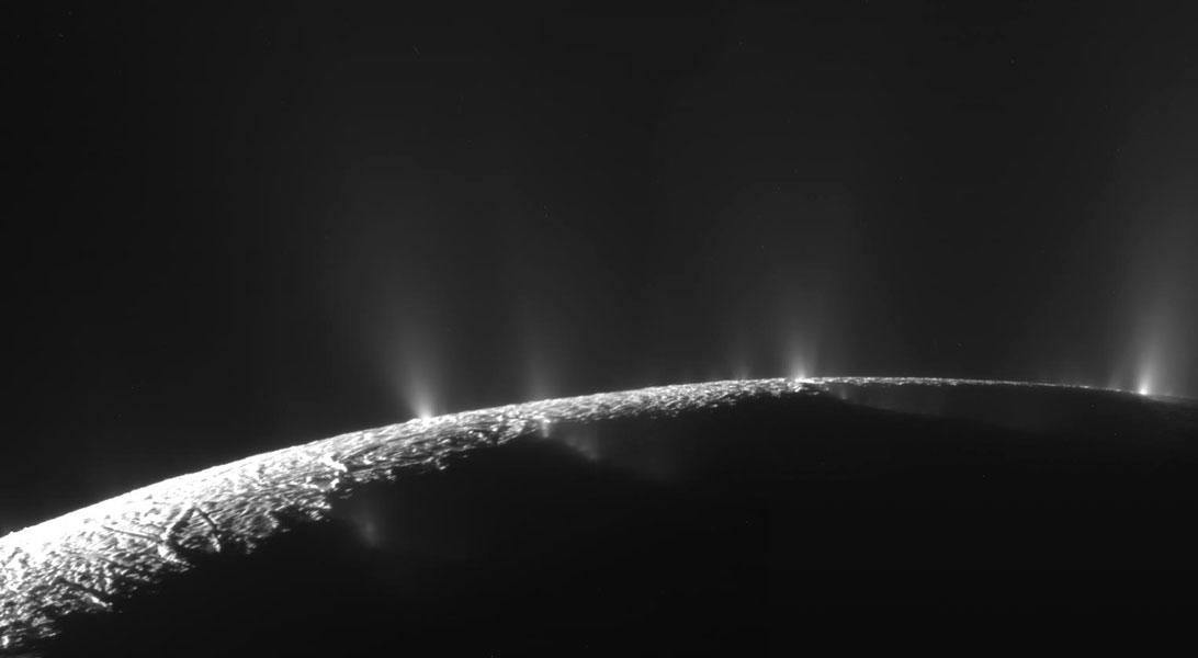 Cassini průlet ukázal průduch na Enceladu