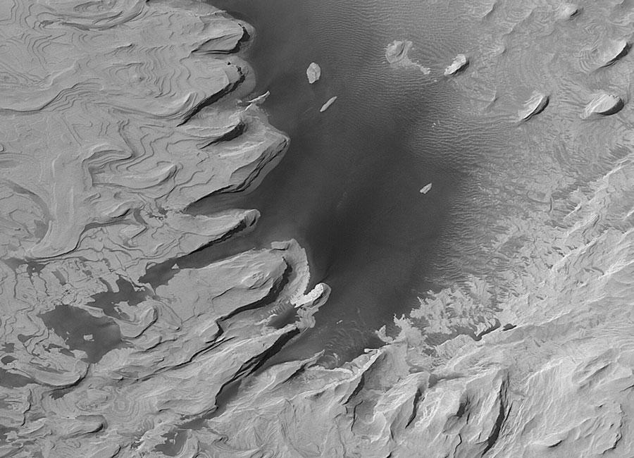 Antiguas colinas cortadas a capas en Marte