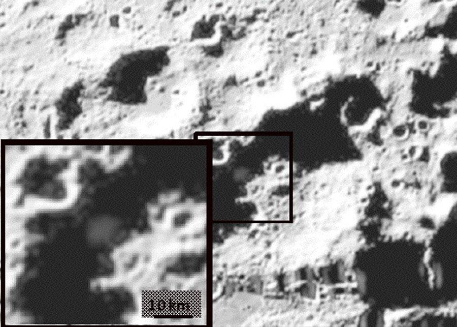 Agua Descubierta en la Sombra Lunar